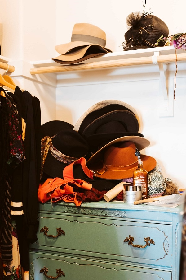 hats dresser