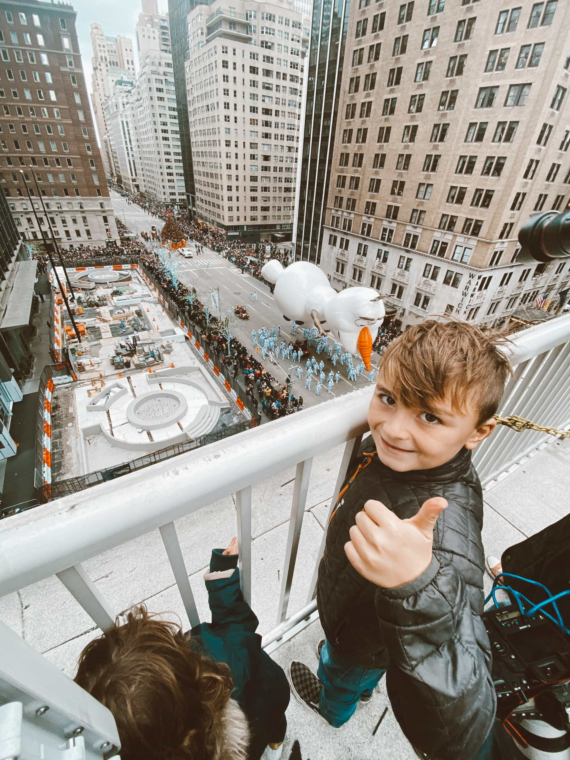 kid looking over macy's thanksgiving day parade
