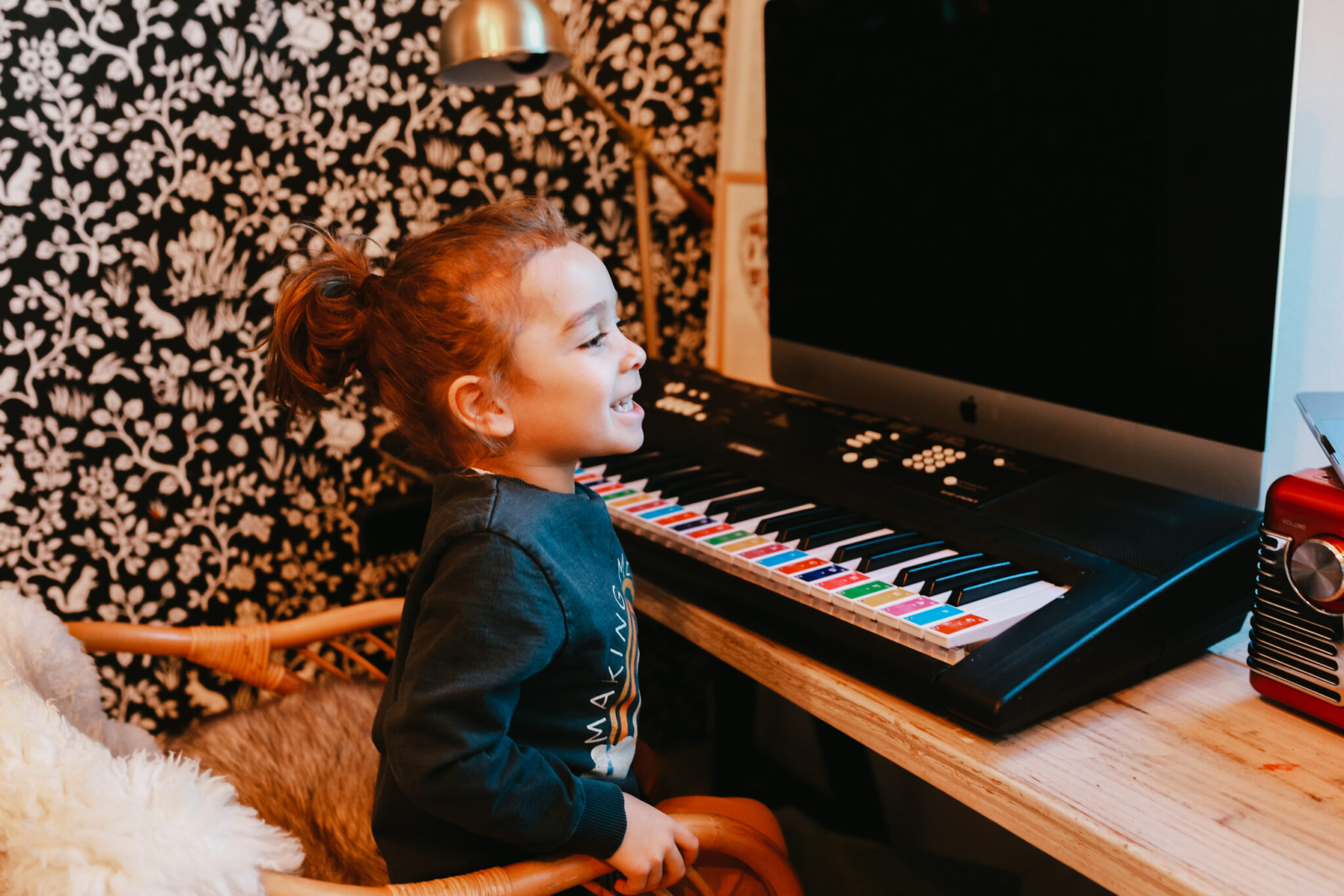 kid learning the piano